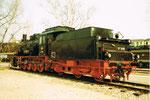 Die renovierte Dampflokomotive BR 57 3088 als sogenanntes «Denkmal» vor dem Bahnbetriebswerk Haltingen um 1978