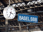«BASEL SBB - Ihre nächsten Anschlüsse…….» eines der bekannten Hinweisschilder in den Hallen des Bahnhofs Basel SBB, 2010