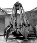 Ein Polypgreifer der RHENUS im Hafenbecken 1 im Jahre 1986