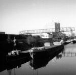 Der Kran der Gaskokerei und im Hintergrund das Silo der BRAG, 1960