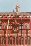 Ansicht des Mittelteiles des neu renovierten Rathauses, 1980