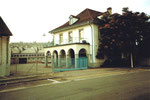 Der markante Haupteingang der Basler Stückfärberei (heute Stücki genannt) an der Badenstrasse, 1984