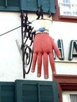 Der grosse schöne Werbe-Handschuh des Handschuhgeschäftes Friedlin in der Stadthausgasse, 2014