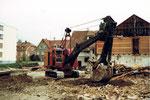 Der Musfeld-Bagger Nr.85 an der Lindenstrasse/Buschweilerweg in Neu-Allschwil, 1982