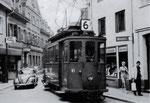 Der Trammotorwagen Be 2/2 Nr.61 im Zentrum von Lörrach den Marktplatz anfahrend, 1960