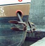 Ein schönes Foto von Bug und Anker eines NEPTUN-Schiffes im Hafenbecken 2, 1968