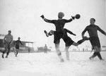 Ein Winterspiel im Schnee des FCB-Torhüters Paul Wechlin im Spiel FC Nordstern - FC Basel auf dem Rankhof 1943