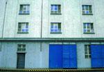 Die blau gestrichenen Fenster des RHENUS-Silos an der Hafenstrasse, eine Folge des 2.Weltkrieges (Verdunkelung), 1999