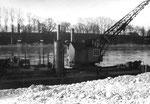 Der grosse Dampf-Schwimmkran der Bauunternehmung Gebr.Meyer Köln, Kran 7 für die Rheinausbaggerung in Basel, Birsfelden, 1958