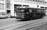 Der BVB-Bus Nr.60 in der Spiegelgasse die Haltestelle Schifflände anfahrend, 1969