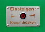 Der bestens bekannte Einsteigeknopf an den DÜWAG Trams. Die DÜWAG waren beim Personal und den Fahrgästen sehr beliebt.