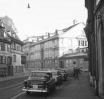 Blick in die Theaterstrasse mit dem Steinenschulhaus, dem Stadttheater (ganz hinten) und dem Ganthaus (rechts), 1958. Foto ? Franz Bachmann ?