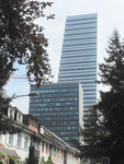 Drei Architekturansichten: Wohnhäuser, das Hochhaus von 1960 und der neue ROCHE-Turm