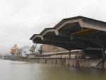Blick ins Hafenbecken 1 des Basler Rheinhafens mit der grossen und architektonisch perfekten Umschlaghalle der Schweizerischen Reederei, 2014.