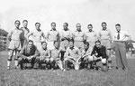 Nach dem Pokalgewinn beim Spiel FC Basel - Fribourg (2:1) im Stadion Landhof am 18.August 1940