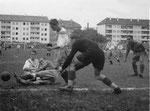 FCB-Torhüter Paul Wechlin während des Fussballspiels FC Basel - Grenchen im Stadion Landhof 1944