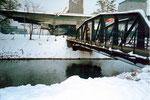 Die Eisenbahnbrücken über die Wiese im Rheinhafen, im Hintergrund die grosse Umschlagshalle der Schweiz.Redederei, 1986