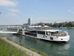 Das Flusskreuzfahrtschiff «Viking Alruna», Baujahr 2016 mit einer Länge von 135 Meter an der Schiffhaltestelle St.Johann, Mai 2018