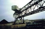 Der Kran COAL der Kohlenversorgungs AG  (Kohlenversorgungs-AG)  im Hafenbecken 2, 1986