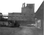 Das markante Gebäude der Gaskokerei Basel in Kleinhüningen, 1970
