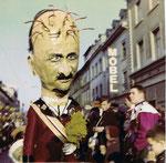 Die Basler Fasnacht 1965 in der Clarastrasse, Tambourmajor einer Clique mit dem Sujet «Bundesrat Chaudet und der Mirage-Skandal»