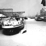 Das total zugefrorene Hafenbecken 1 des Rheinhafens Basel im langen Winter 1962/1963
