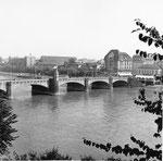 Die Mittlere Brücke vom Rheinsprung aus gesehen und mit Blick aufs Kleinbasel (Klingental, Kaserne, Café Spitz), 1960