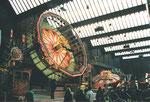 Die Herbstmesse mit der Bahn «Rond UP» in der hintersten Halle 7 der MUBA , 1991 (Diese Halle wurde dann zur Musical-Halle umgebaut)