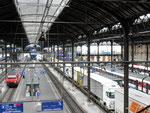 Die Bahnhofhalle Basel SBB mit LKW-Sattelschleppern auf dem Gleis 4, Juli 2015