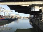 Blick in das fast leere Hafenbecken 1 im November 2020, rechts das runde Häuschen der ehemaligen Hafenmeisterei