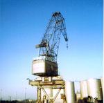 Nochmals der Kran der RHENUS am Anfang des Hafenbeckens 2, im Hintergrund die Tanklager der SATRAP, 1970