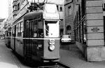 Der Trammotorwagen Be 4/4 Nr. 447 der Linie 18 an der Endstation und Kehrschleife Schifflände, 1970. Die Linie 18 verkehrte zwischen Neuweilerstrasse und der Schifflände, bei Messen oder in Stosszeiten auch bis Mustermesse