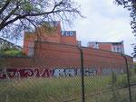 Die Labor-Fabrikationsgebäude der CIBA mit dem stllgelegten Eisenbahnanschluss im Juni 2018. Bis in die 60er-Jahre brachten hier Dampf- und Dieselloks Güterwagen zur CIBA ind zu Thomi-Franck