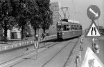 Der Tramzug Be 4/4 der Linie 1 auf der Dreirosenbrücke wegen Gleiserneuerungen die Spur wechselnd, 1970