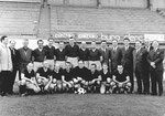 Offizielles Mannschaftsfoto des FC Basel vor der neuen Tribüne des Stadions Landhof 1947 (hinter dem Ball P.Wechlin)