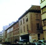 Die Häuserreihe in der unteren Oetlingerstrasse (rechts Autogarage Tosin), 1970