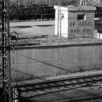 Bahnhof Weil am Rhein, Schriftzug aus der Reichsbahn-Zeit (BF BASEL BAD RBF) an einem Gebäude 1984 (BAHNHOF BASEL BAD.REICHSBAHNHOF)