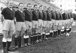 Offizielles Mannschaftsfoto des FC Basel vor der neuen Tribüne des Stadions Landhof 1947 (4.v.rechts P.Wechlin)