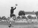 FCB-Torhüter Paul Wechlin während eines Spiels auf dem Landhof 1944-1945 / 2
