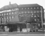 Das Jugendstil-Tramhäuschen am Aeschenplatz diente viele Jahrzehnte als Endhaltestelle für die Überland-Tramlinien 11 und BEB, 1969