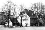 Ein Dorfhaus in Kleinhünungen, im Hintergrund die neuen Silos der RHENUS und NEPTUN