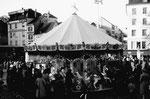 Die Herbstmesse in Basel auf dem Barfüsserplatz mit der beliebten Resslirytti (im Hintergrund Kleider Frey), 1975