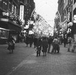 Blick vom Marktplatz in die Freie Strasse, links die ehemaligen Geschäftslokale Wollenhof und Bell mit den an Weihnachten schönen Schaufensterauslagen, 1982