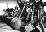Verschiedene Greifer für die Krane der RHENUS AG zwischen den Silos im Hafenbecken 1, 1975