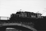 Eine E-Lokomotive der BR 194 auf der Brücke über die Freiburgerstrasse bei den Langen Erlen, 1979