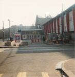 Der Vorplatz der Kongresshalle (Basler Halle 8) mit dem Gebäude der Holzmesse (rechts) 1975