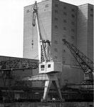Ein neuerer und alter Kran der BRAG (Basler Rheinschifffahrts-Aktiengesellschaft) im Hafenbecken 2 im Jahre 1970