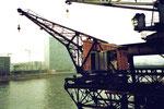 Der älteste Kran aller Basler Häfen mit Baujahr 1907 der SPEDAG im Hafen St.Johann, 1984