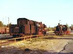 Zwei Dampflokomotiven im Bahnbetriebswerk Haltingen,  links 050 0413-4 und rechts 57 3088 im Jahre 1975