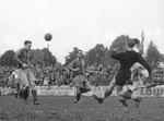 Der FCB-Torhüter Paul Wechlin in Aktion beim Spiel FC Basel - Grenchen im Stadion Landhof 1944